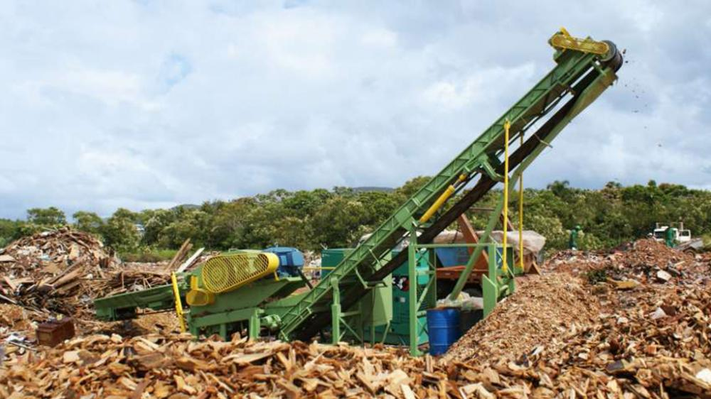Turn debris of wood with nails, screws and staples in wood chips, used for burning in industries boilers and furnaces