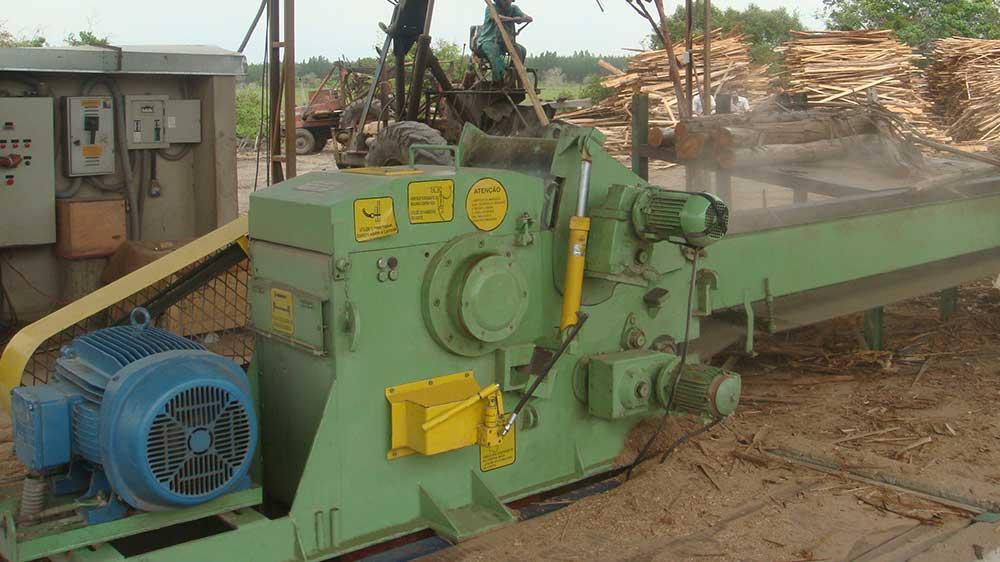 Máquinas robustas para produção de cavacos de madeira a partir de madeira de reciclagem, toras, descartes de construções e outros.