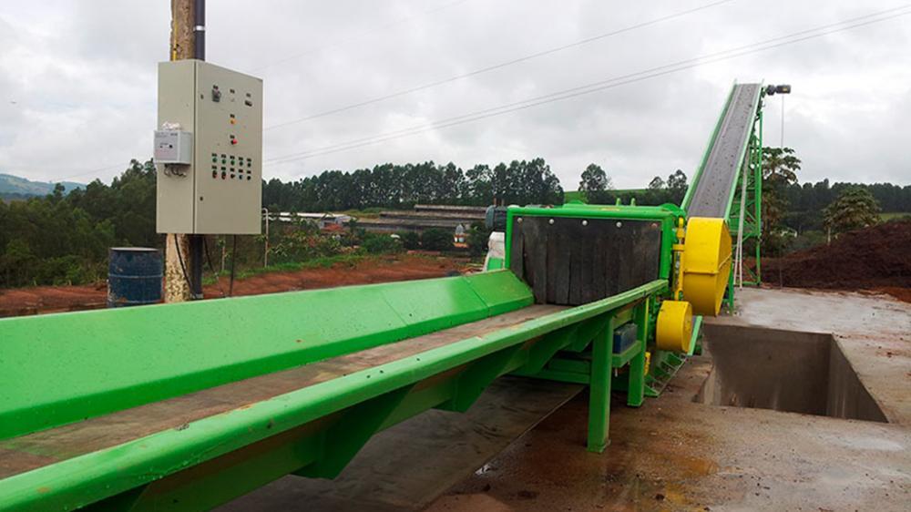 Para triturar materiais volumosos como podas de centros urbanos, viveiros e canteiros florestais, para fabricação de compostagem e composto orgânico.