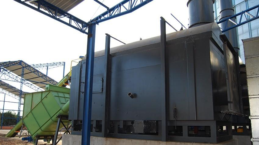 Furnace to generate energy and heat by pyrolysis burning wood chips and fractionated biomass.