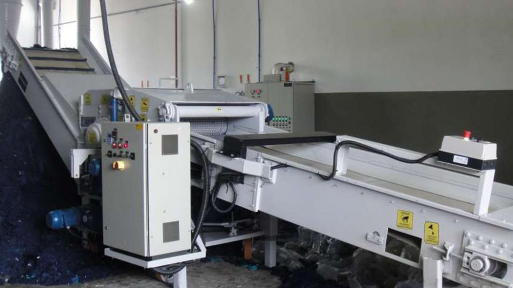 Crusher for recycling tissues in textile industries.
