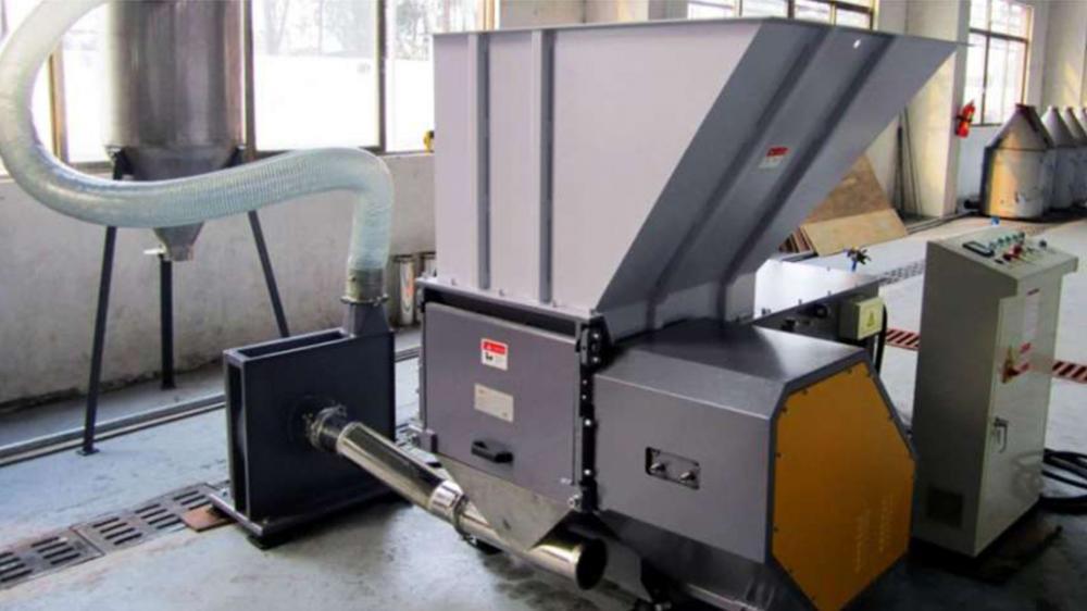 La trituradora de residuos posee una grande variedad de aplicaciones, como: triturar madera, cartón, plástico, aluminio y otros residuos.