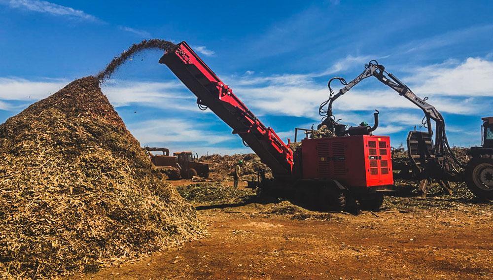 Chipeadora forestal procesando residuo verde - PFL 500x900 MC