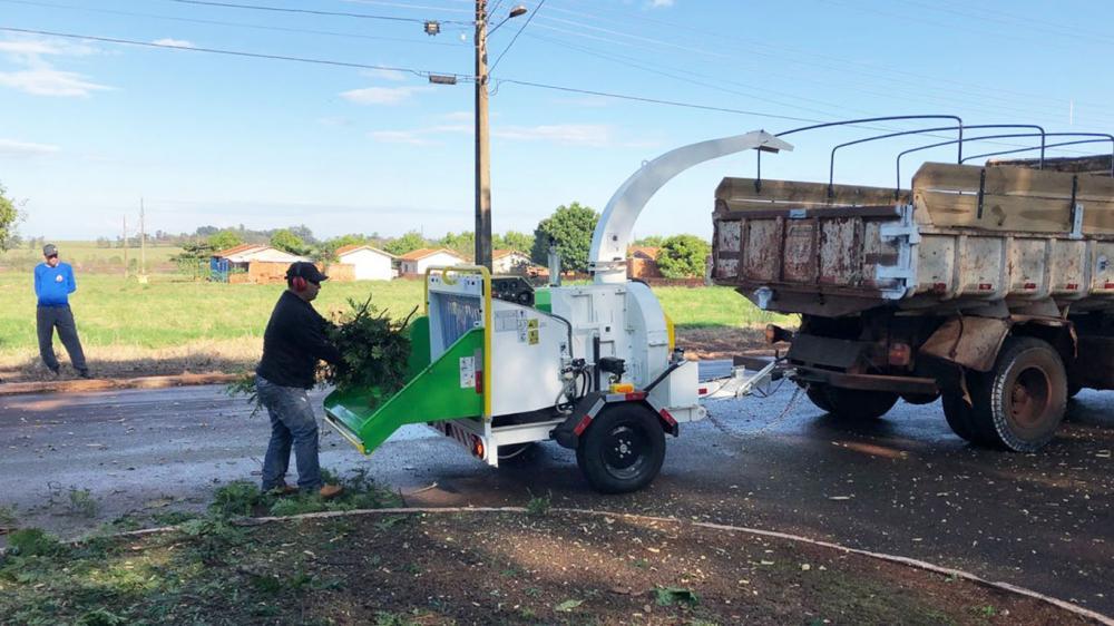 Entrega de triturador de galhos para auxiliar a coleta de podas e aumento de arborização de município
