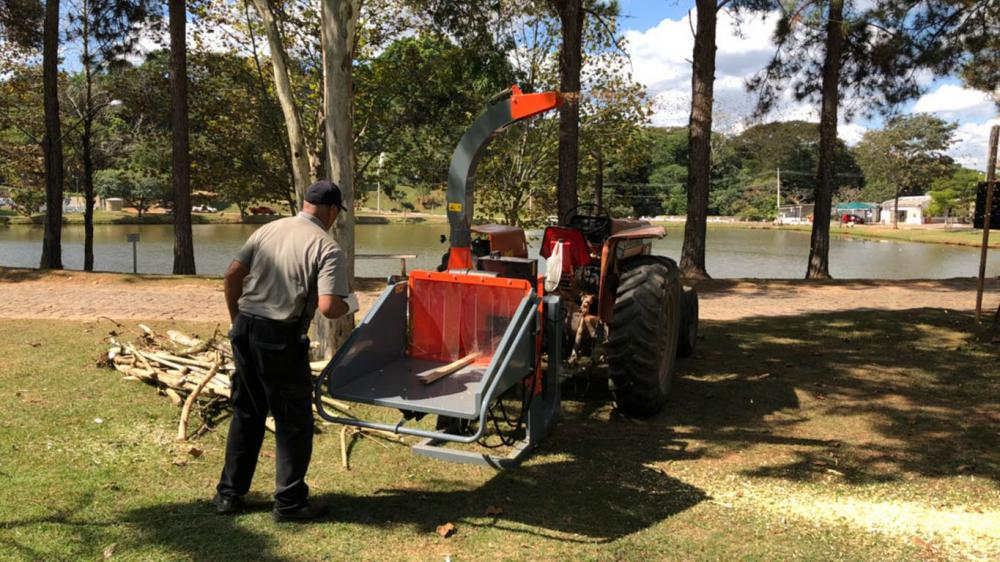 Lippel brush chipper being used on condominium cleaning in the state of São Paulo - Brazil