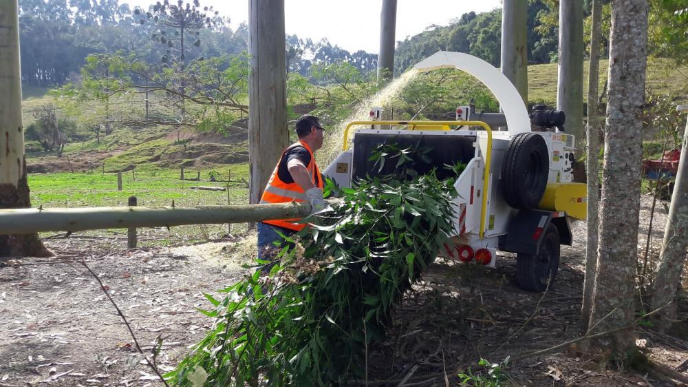 Prestador de serviço utilizando o Picador Triturador PTU 300- Limpeza de vias urbanas