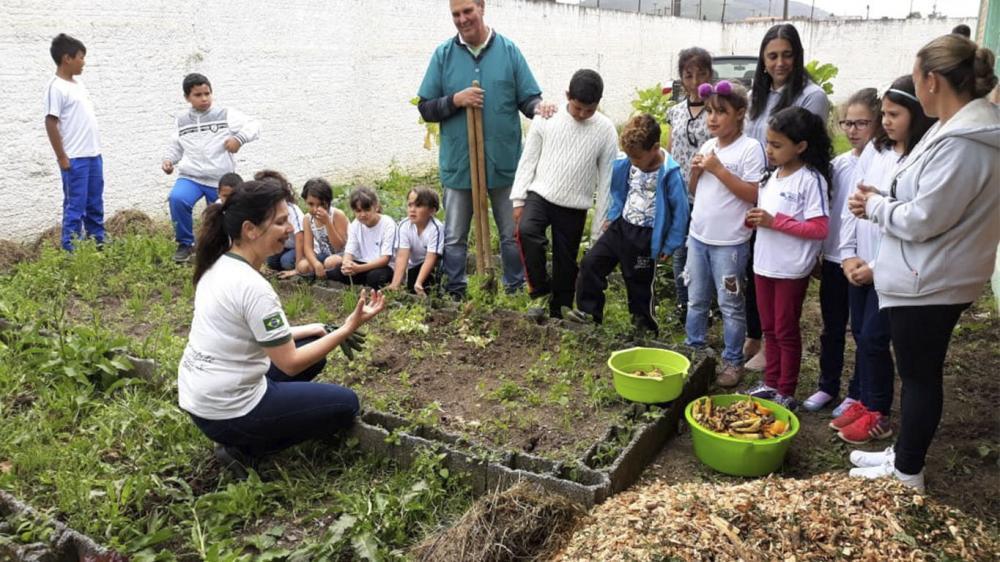 Projeto ambiental com triturador de galhos para a redução de lixo orgânico em escolas