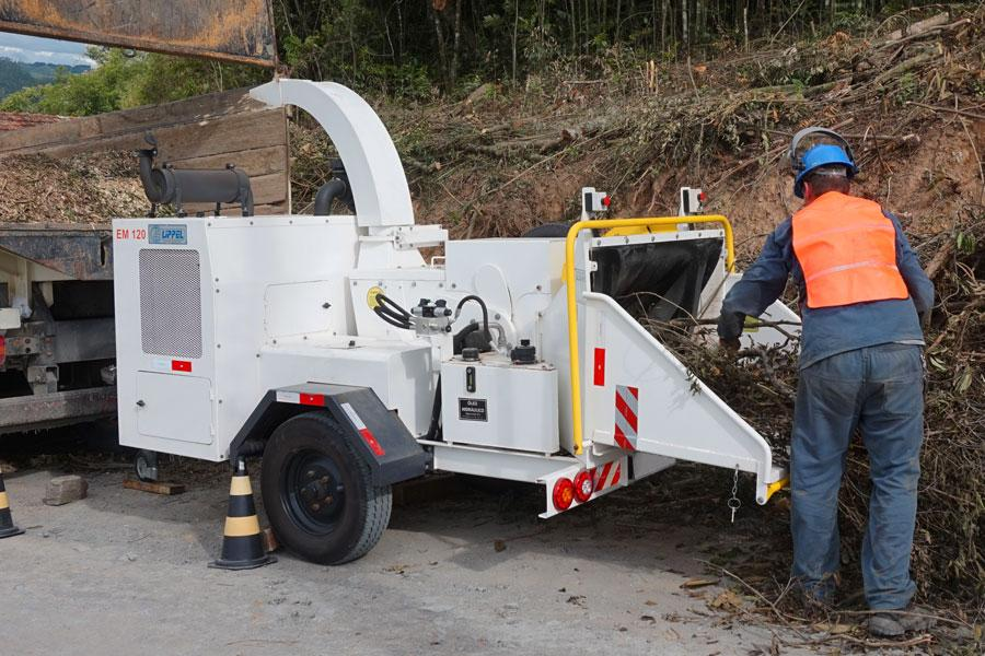 Triturador de galhos dá suporte a podas de árvores realizada em vias urbanas.