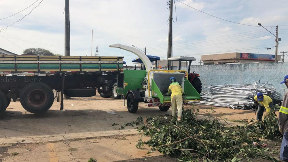 Entrega de triturador de galhos para a limpeza urbana e compostagem orgânica em Goiás