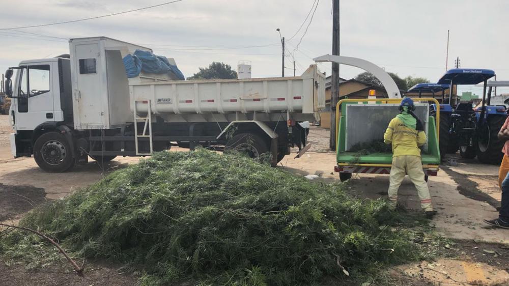 Entrega de triturador de ramas para la limpieza urbana y composta orgánica en Goiás - Brazil