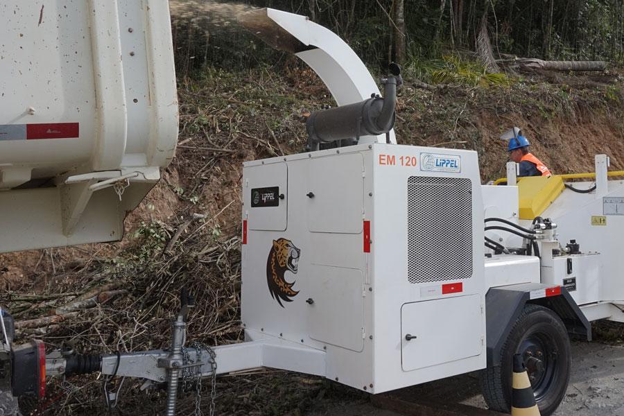 Máquina trituradora de ramas da soporte a las podas de árboles realizada en vías urbanas.