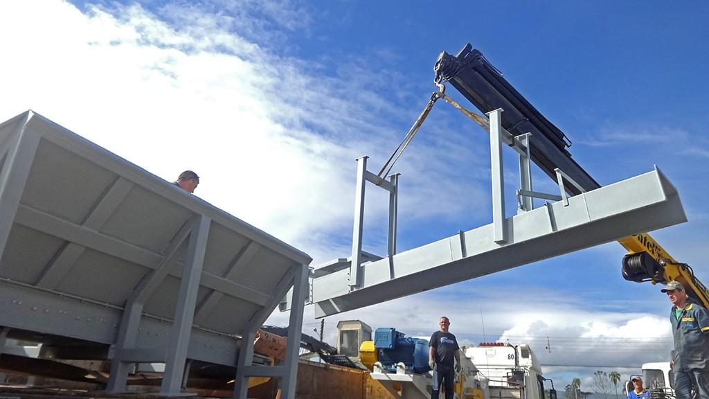 Picador de Madeira Fixo é carregado com destino a Argentina