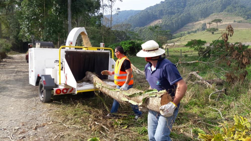 Prestador de servicio utilizando el Picador Triturador PTU 300- Limpieza de vías urbanas