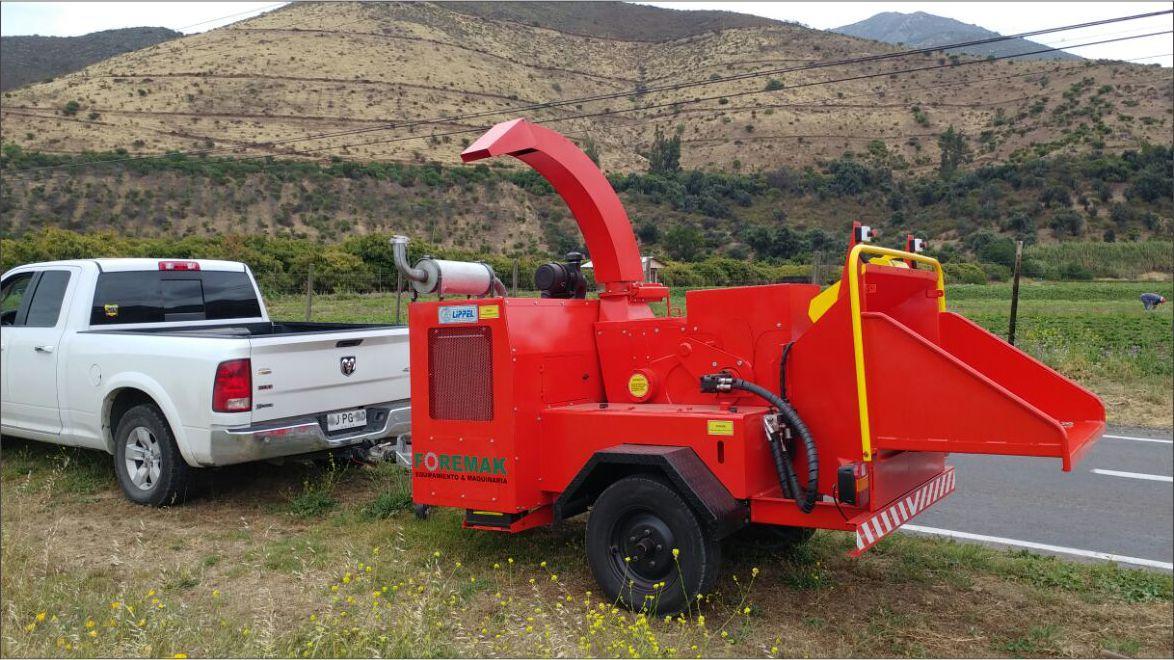 Triturador de Galhos e Troncos Lippel Rodando em Estradas Chilenas.