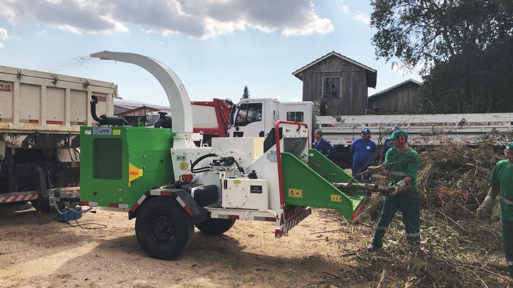 Triturador de galhos entregue a prestadores de serviço no Paraná