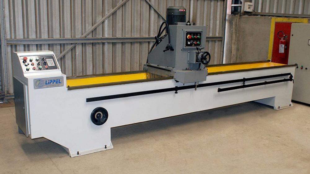 Este equipo afila láminas con hasta 3 metros de longitud, ideal para empresas especializadas en afilación de cuchillas y láminas.