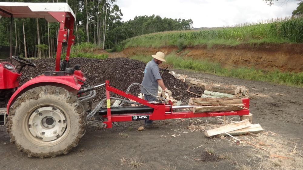 Accionamiento por medio de la toma de fuerza del tractor, capaz de hender leñas y troncos con facilidad. Hende troncos hasta 1200 mm de largo.
