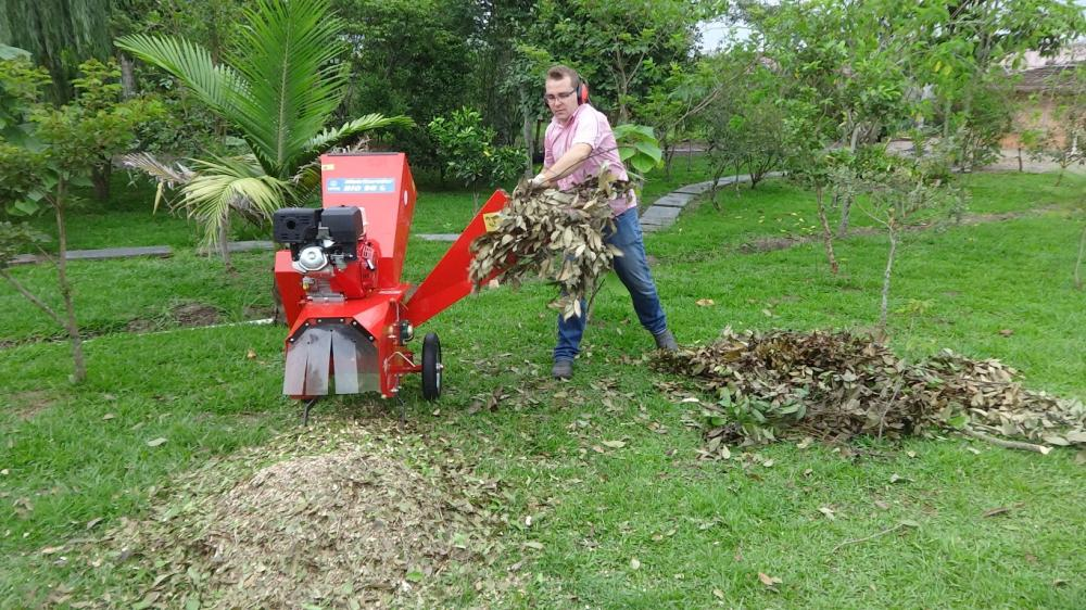 Mobile and compact grinder and grinder ideal for cleaning gardens and condominiums.