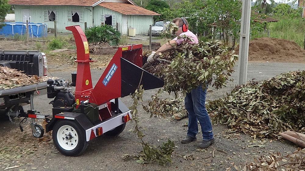 Triturador de ramas, troncos y arbustos.