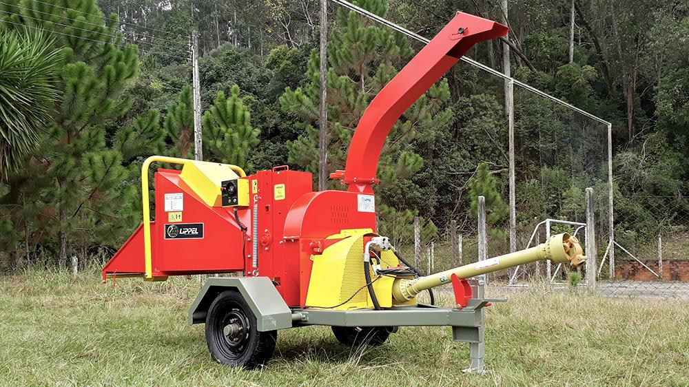 Strong and versatile chipper powered by tractor