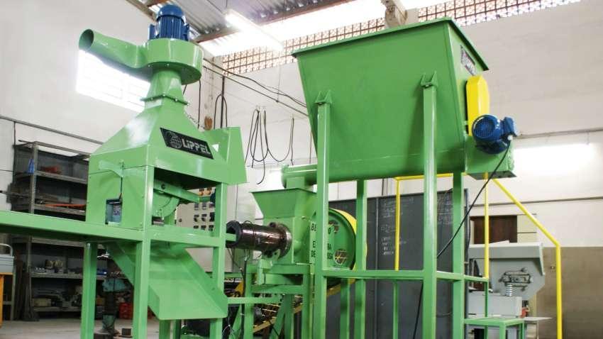 Produza briquetes de qualidade com 73 mm de diâmetro a partir de vários tipos de resíduos, ideal para fabricação em média escala.