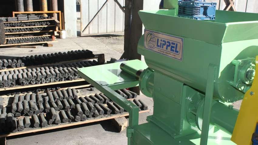 A briquetadeira de carvão produz novos briquetes a partir as partículas finas de pó de carvão existentes nas carvoarias. Produção media de 3m³/h.