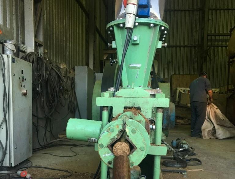 Briquetadeira extrusora de pistão mecânico ideal para fabricar briquetes com 63 mm de diâmetro a partir de diversos tipos de biomassa.
