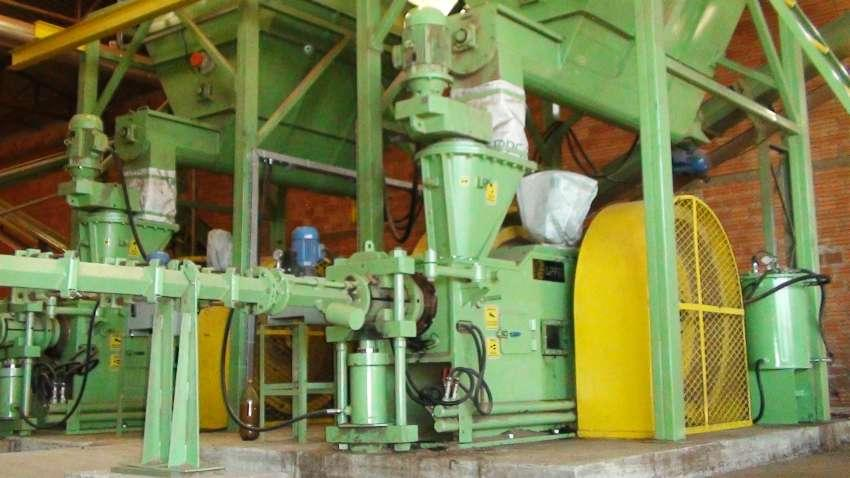 Con la briquetadora de pistón mecánico usted puede producir briquetas de alta calidad con 103 mm de diámetro usando diversos tipos de biomasa.