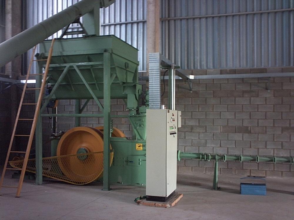Produza briquetas de calidad e diversos tipos de biomasa con la briquetadora de pistón mecánico, producción de briquetas con 83 mm de diámetro.