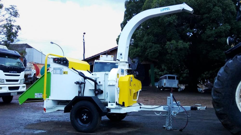 Compact and efficient chipper, powered by its own petrol engine
