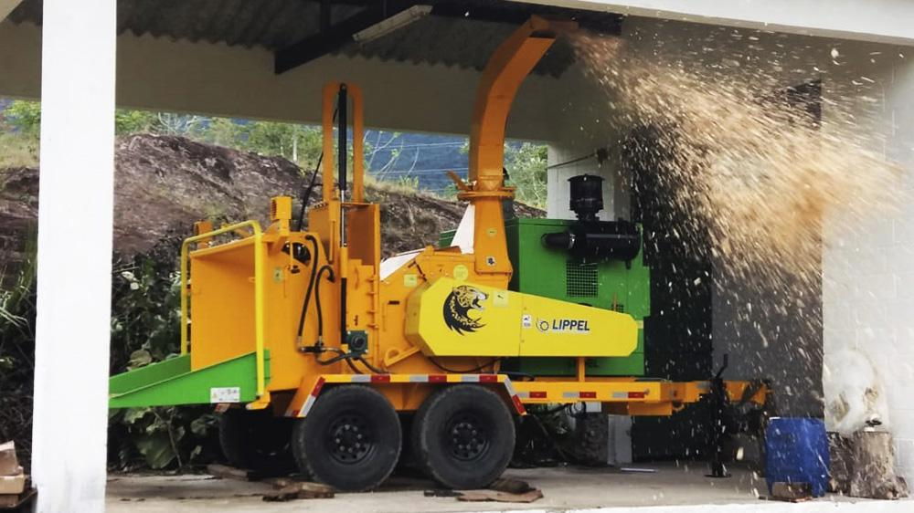 Brush chipper with diesel engine and double wheeled axle for the cleaning of urban roads