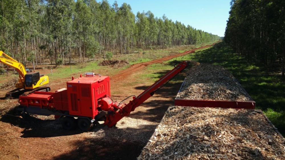 Esta chipeadora forestal alía una extrema robustez y durabilidad, convirtiéndose en un chipeador de producción a alta escala a bajo costo.