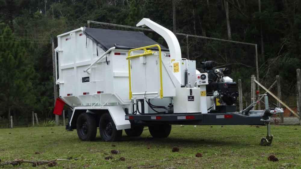 Llevando el Chipeador para la zona de trabajo y el residuo para el lugar de reaprovechamiento.