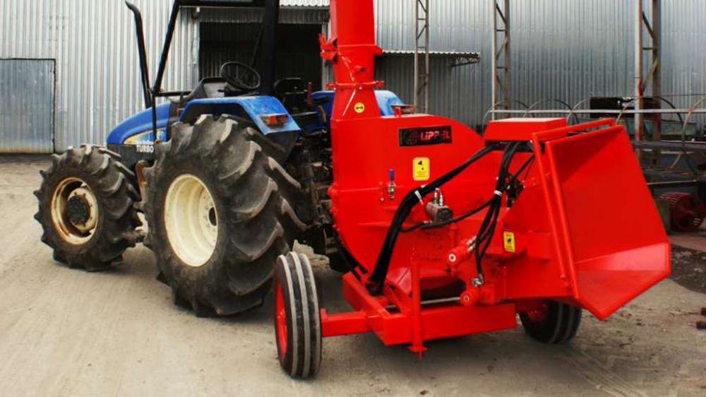 Con accionamiento por medio del tractor y capacidad para picar troncos hasta 260 mm de diámetro, la producción media del chipeador es de 55m³/h.