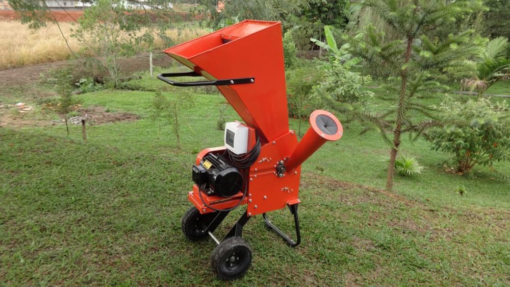 Triturador de galhos para compostagem, capaz de fracionar galhos e resíduos com até 67mm de diâmetro, sendo excelente tanto para áreas rurais, quanto urbanas