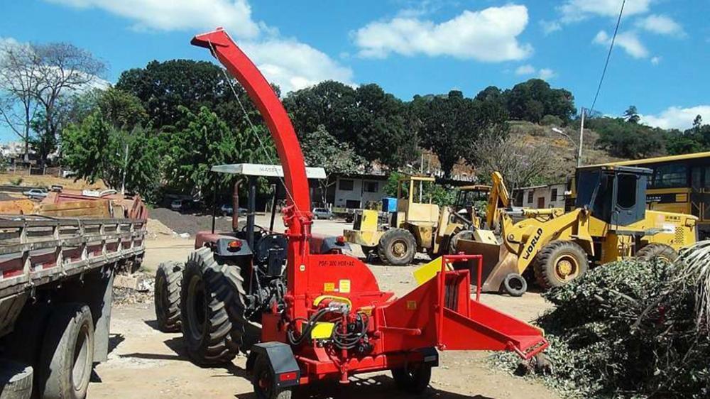 Accionado a través de la tomada de fuerza del tractor, posee un sistema hidráulico independiente. Producción de los chips hasta 21 m³/h, ideal para limpieza urbana.