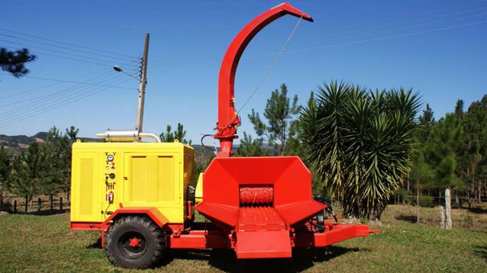 Óptimo para quien precisa de movilidad, sin abrir mano de la alta capacidad, puede ser utilizado para picar trocos e ramas, produciendo hasta 45m³/h.