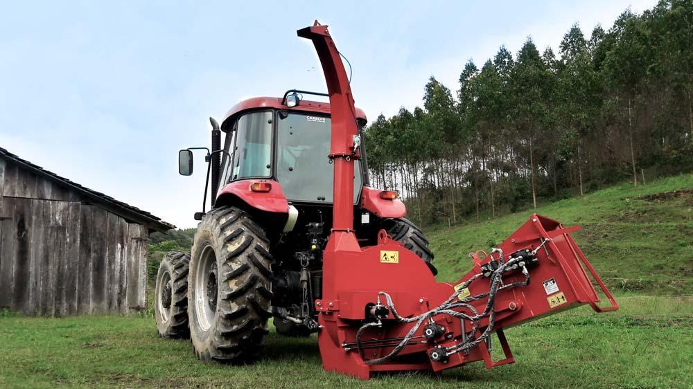 Chipeador de ramas a tractor desarrollado para la trituración de ramas, pudiendo ser llevado a lugares de difícil acceso.