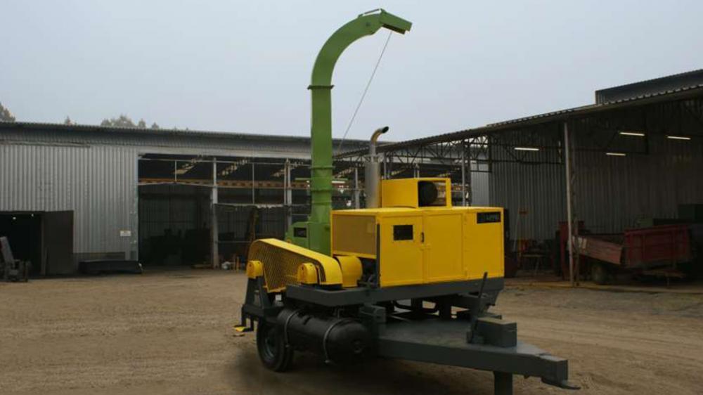 Chipeadora forestal con accionamiento por motor proprio a diesel, capaz de picar troncos con 260 mm de diámetro y producción hasta 55m³/h.