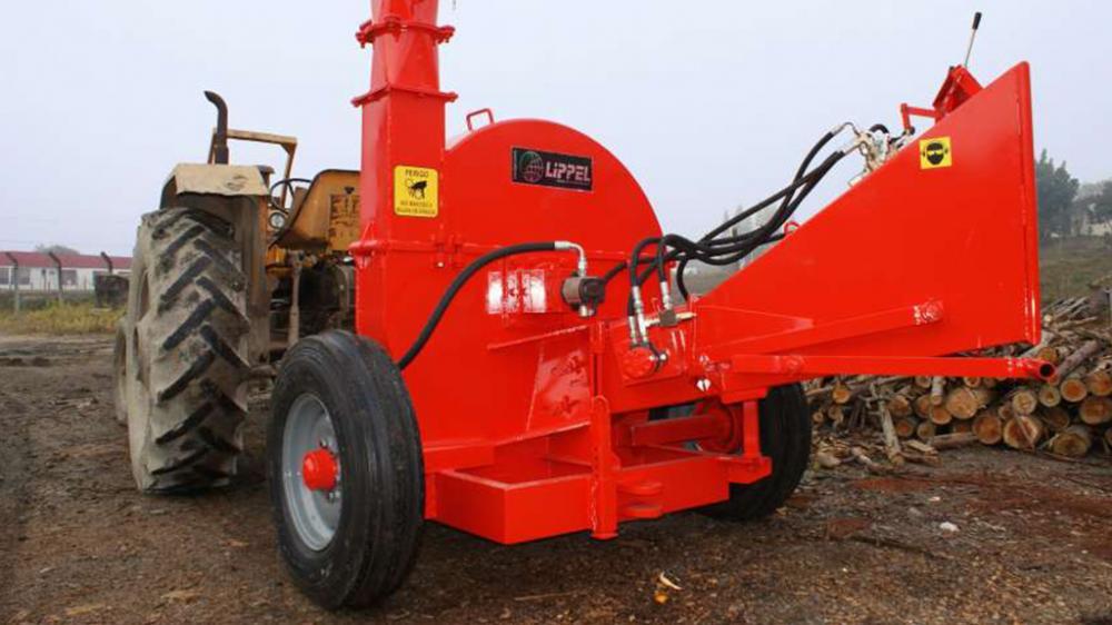 Chipeadora de madera con accionamiento por medio del tractor, capaz de picar troncos redondos hasta 180 mm, producción media de 30m³/h.