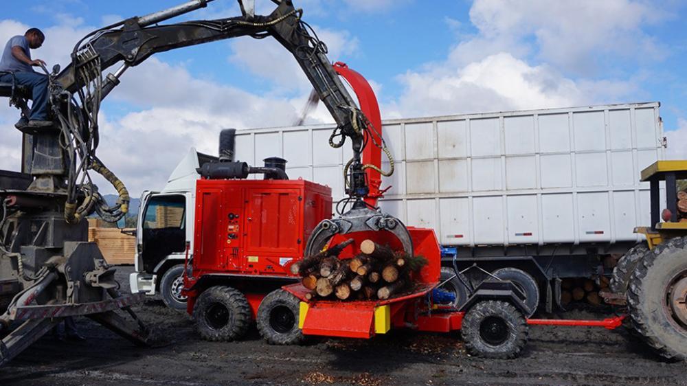 Desarrollado con un diseño innovador y moderno, aliando a una alta capacidad de producción. Excelente solución para el chipeado de árboles enteros.