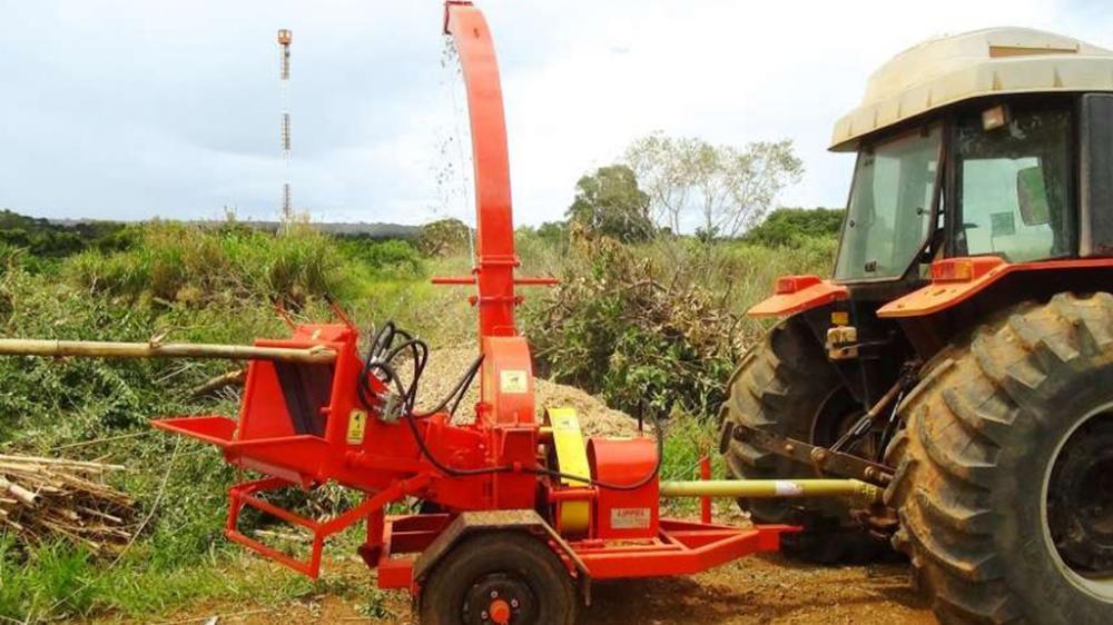 Ideal para trabajos intensos y continuos, capaz de triturar troncos duros o blandas, accionado a través del tractor, la producción de hasta 15 m³/h.