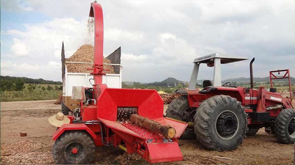 Su accionamiento por la toma de fuerza del tractor torna esta máquina versátil, siendo capaz de producir 45m³/h de chips homogéneos y de alta calidad.