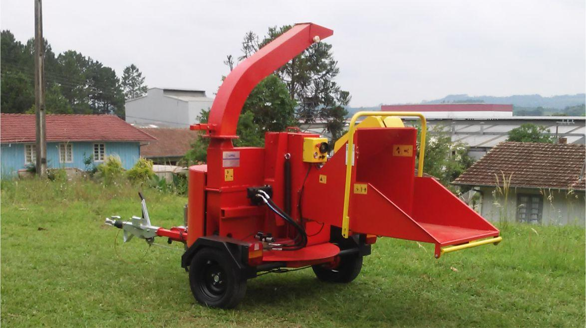 Chipper/shredder PDU 250 GP with 360 ° rotary chute and base, enabling the work in small spaces.