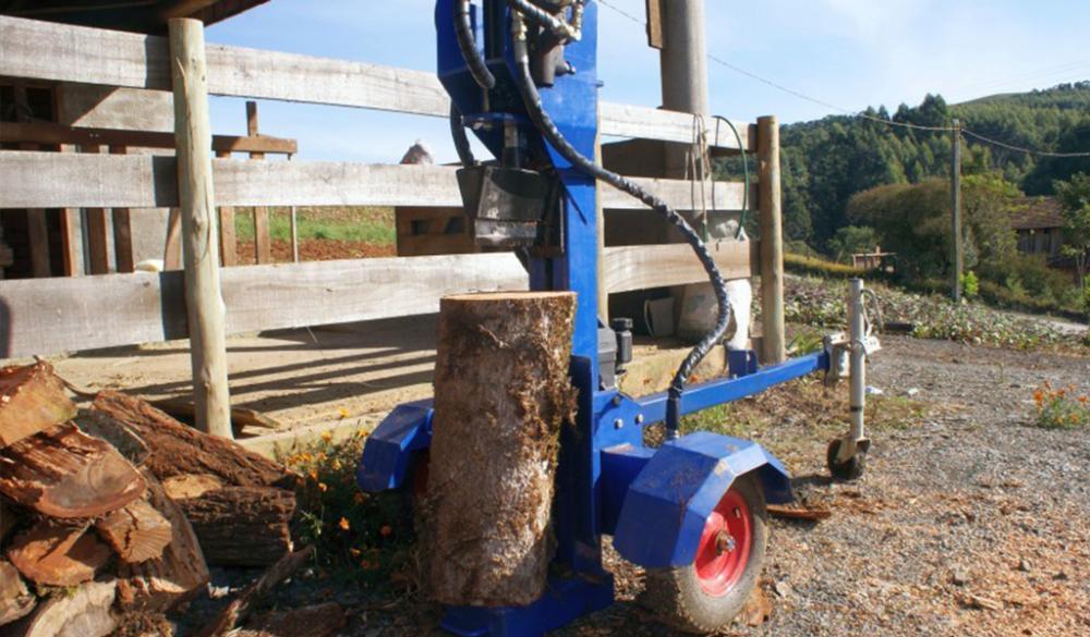 El cortador de leña puede ser ajustado para trabajar en horizontal o en vertical, adaptándose a cada tipo de necesidad.