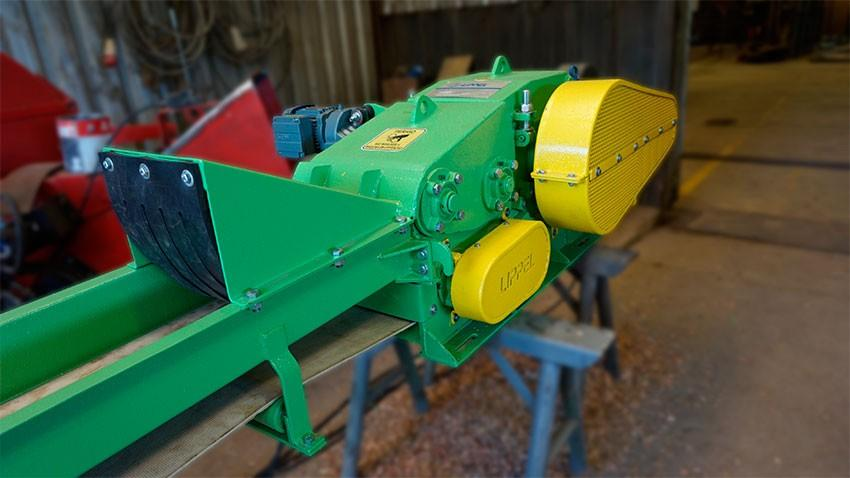 Chipper to shred waste of furniture and sawmill industries, can be installed directly at the end of the production lines