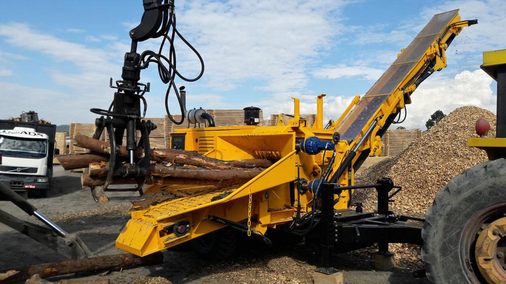 Compact forestry chipper with its own motor and discharge chute