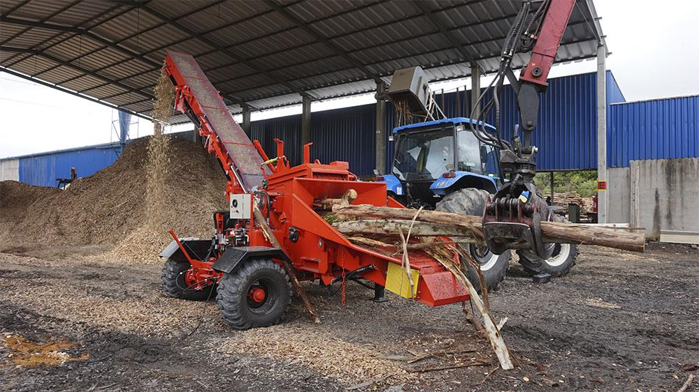 Forestry wood chipper equipped with conveyor belt, what guarantee a higher quality product.
