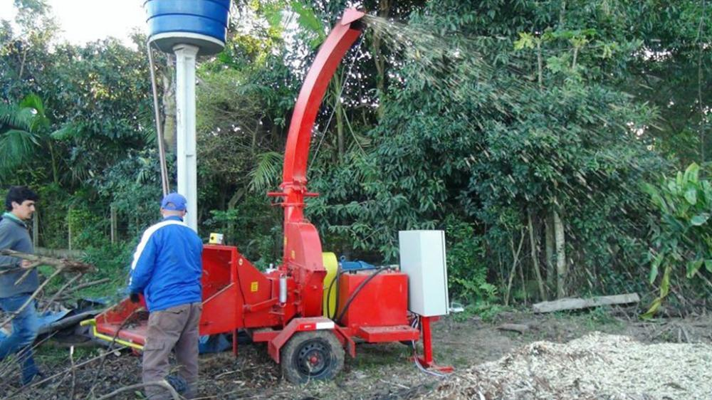 Chipper for organic composting, shreds leaves, shrubs, twigs and logs up to 200 mm in diameter.