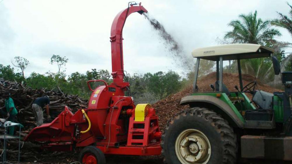 High performance forestry woodchipper for logs up to 38cm, having wheelset and conveyor feeder